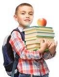 Den gulliga pojken rymmer boken Fotografering för Bildbyråer