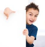 Den gulliga pojken rymmer det tomma banret Arkivfoto