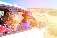 Den gulliga pysen och flickan reser med bilen in Royaltyfri Bild