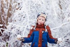 Den gulliga pysen, unge i vinter beklär att gå under det insnöat Royaltyfri Bild