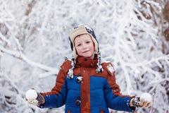 Den gulliga pysen, unge i vinter beklär att gå under snön Arkivfoton