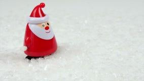 Den gulliga Santa Claus windupdockan går till och med snön som framme stoppar av kameran stock video