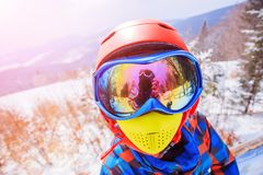 Den gulliga skidåkarepojken i en vinter skidar semesterorten arkivfoton