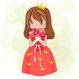 Den gulliga tecknad filmprinsessan med den röda klänningen och kronan är lycklig uppvisning Arkivbild