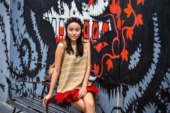 Den gulliga thai flickan kopplar av Royaltyfri Foto