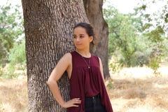 Den gulliga tonårs- flickan parkerar in Fotografering för Bildbyråer