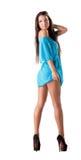 Den gulliga unga flickan annonserar den moderiktiga strandkläderna arkivfoton