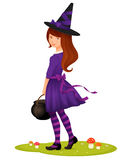 Den gulliga unga flickan klädde som en häxa för allhelgonaafton Arkivbild