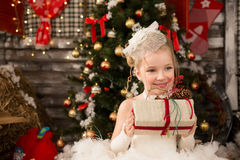 Den gulliga unga härliga flickan i vit jul klär Royaltyfri Bild