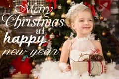 Den gulliga unga härliga flickan i vit jul klär Arkivbilder