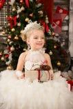 Den gulliga unga härliga flickan i vit jul klär Arkivfoton