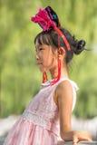Den gulliga unga kinesiska flickan poserar för ett foto, Peking, Kina Royaltyfria Bilder