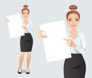 Den gulliga unga kvinnan visar och visar en affisch med utrymme för din text eller produkt stock illustrationer