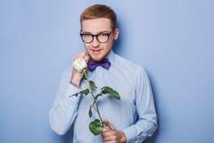 Den gulliga unga mannen med steg Datum födelsedag, valentin Arkivbilder