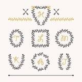 Den gulliga uppsättningen av svart gradbeteckning lämnar emblemsymboler i olika former Arkivbild