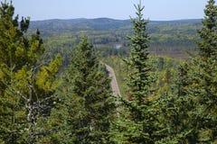 Den Gunflint slingan i nordliga Minnesota som beskådas från en hög kulle Arkivbilder