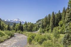 Den Gunnison flodspringen som är parallell till huvudväg 132 på den Paonia delstatsparken, Colorado Arkivfoton
