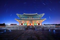Den Gyeongbokgung slotten med stjärnan skuggar på natten i Korea Fotografering för Bildbyråer