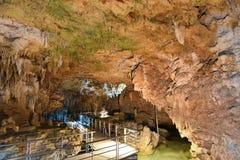 Den Gyokusendo grottan fyllde med stalaktit och stalagmit i Okinawa Arkivfoton