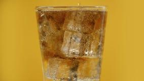 Den hällande mousserande drinken för cola gör till kok att moussera sodavatten med iskuber, coctail stock video