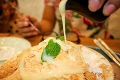 Den hällande sötsaken mjölkar på till smaklig bingsuchoklad royaltyfria bilder
