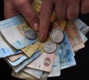 In den Händen des menschlichen kleinen ukrainischen Geldes Stockfotografie