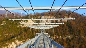 Den hängande bron i skypark Sochi, vit vaggar Arkivfoto
