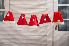 den hängande röda hatten förbereder sig för jul och lyckligt nytt år Royaltyfri Fotografi