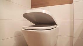 Den hängande toaletten med det mjuka locket för boksluttoalettplatsen förser med gångjärn stock video