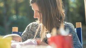 Den hängivna barnmodern som ammar hennes nyfött, behandla som ett barn Royaltyfri Bild