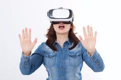 Den häpna caucasian kvinnan som ser i en VR, rullar med ögonen och gör en gest vid händer som isoleras på vit bakgrund Virtuell v royaltyfri fotografi