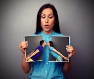 Den häpna kvinnan som ser, avbryter fotoet Arkivfoto