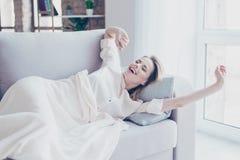 Den härliga älskvärda underbara nätta unga kvinnan har en ta sig en tupplur in Royaltyfria Foton