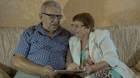 Den härliga åldringen kopplar ihop att se foto på din minnestavla stock video