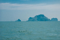 Den härliga ön och vaggar krabi thailand royaltyfria foton