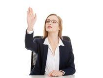 Den härliga affärskvinnan är sitta och visa stoppgest. arkivfoto