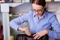 Den härliga affärskvinnan öppnar portföljen Royaltyfri Bild