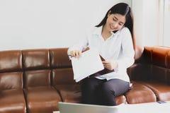 Den härliga affärskvinnan får upptagen Attraktiv härlig ung wo royaltyfri bild