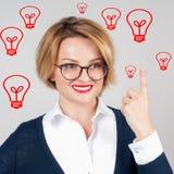Den härliga affärskvinnan har en idé _ kulor isolerad ljus white Royaltyfri Bild