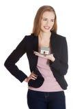 Den härliga affärskvinnan som rymmer det lilla huset gömma i handflatan på. Royaltyfri Foto