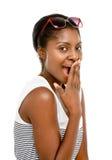 Den härliga afrikansk amerikankvinnan förvånade isolerat på vitbac Arkivfoto