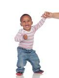 Den härliga afrikanska amerikanen behandla som ett barn att lära att gå Royaltyfria Foton
