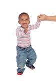 Den härliga afrikanska amerikanen behandla som ett barn att lära att gå Arkivfoto