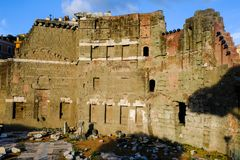 Den härliga aftonsikten av forumet av Augustus, fördärvar av forntida Rome Il Foro di Augusto arkivbild