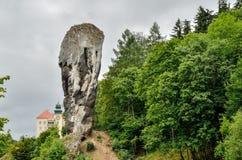 Den härliga antikviteten vaggar och den historiska slotten royaltyfri bild