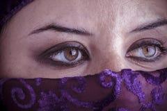 Den härliga arabiska kvinnan med traditionellt skyler på hennes framsida, intens Royaltyfri Fotografi