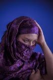 Den härliga arabiska kvinnan med traditionellt skyler på hennes framsida, intens Royaltyfri Foto