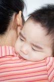 Den härliga asiatet behandla som ett barn att sova för pojke Arkivfoto