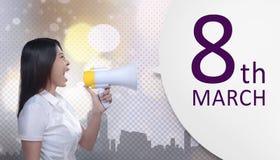 Den härliga asiatiska affärskvinnan med megafonen meddelar 8 mars Arkivfoto