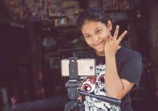 Den härliga asiatiska flickan tar det Selfie fotoet med mobiltelefonen Fotografering för Bildbyråer